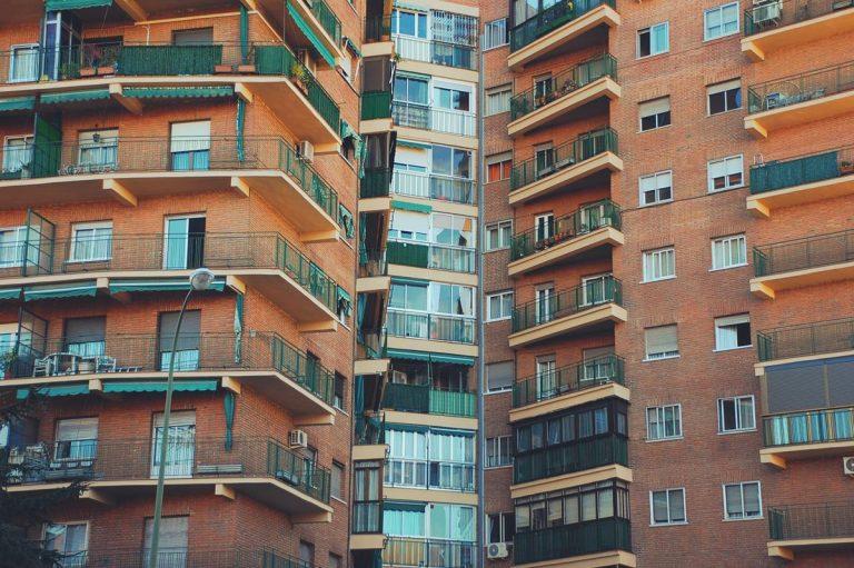 Jak wybrać osłonę do balustradach balkonowych?